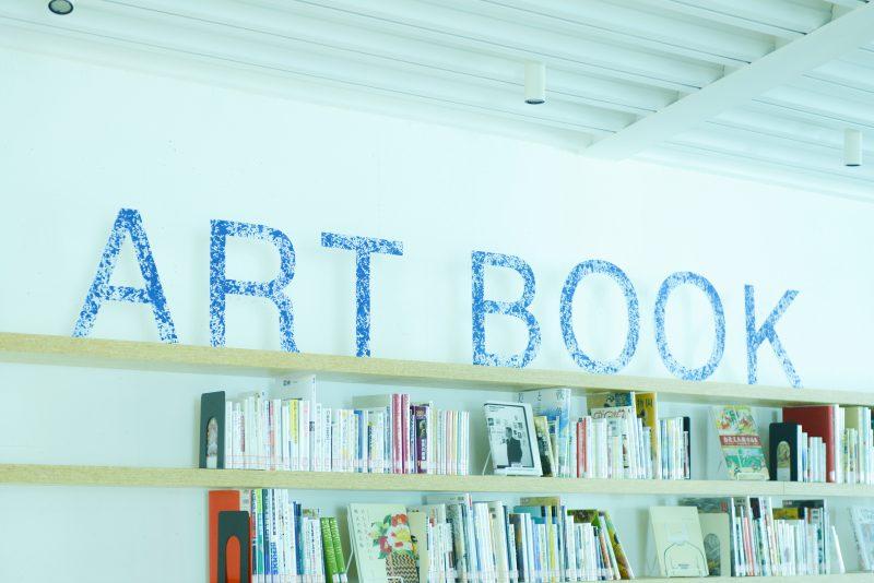 アートブックコーナーのサイン